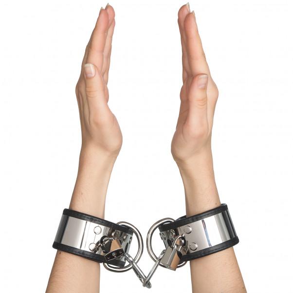 Rimba Handledsmanschetter i Läder och Metall med Hänglås produkt i hand 50