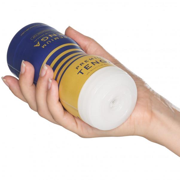 TENGA Premium Dual Sensation Cup Produktbild i hand 50